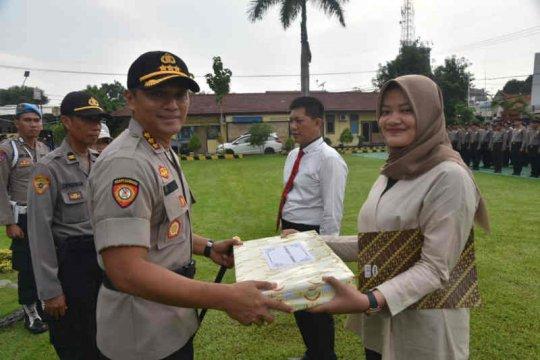 Polresta Cirebon berikan penghargaan bagi gadis peringkus rampok