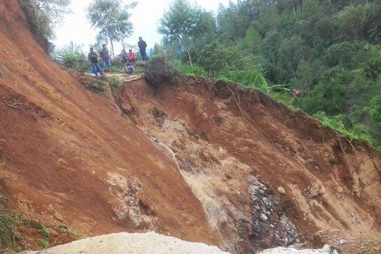 Bencana longsor tutup akses jalan di Burasia Tana Toraja