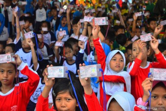 Rekor MURI penyerahan Kartu Identitas Anak
