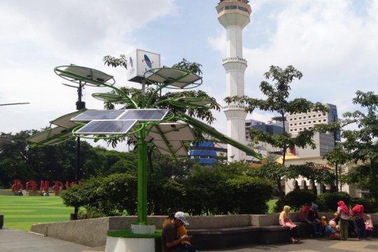 Dua unit solar tree dipasang di Alun-alun Bandung