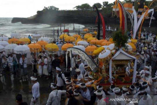Upacara Melasti di Tanah Lot Bali