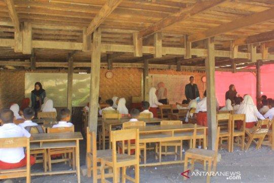 Siswa SDN 09 Tobereka Jeneponto sekolah di kolong rumah