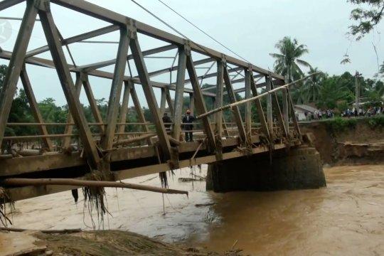 Banjir putuskan 8 jembatan penghubung di Lebak