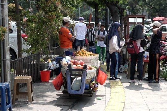 Pemprov DKI diminta kaji ulang wacana penempatan PKL di trotoar