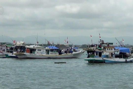 Tidak bisa melaut, nelayan Kendari gunakan waktu benahi kapal