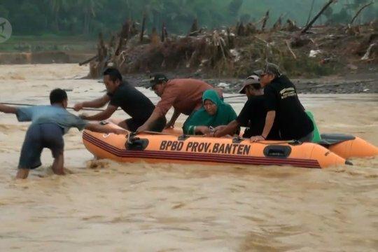 Evakuasi warga setelah jalan & jembatan di Lebak terputus
