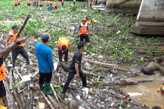 Sungai Martapura tertutupi sampah