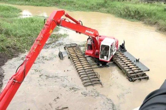 Excavator amfibi karya anak bangsa untuk normalisasi sungai dan rawa
