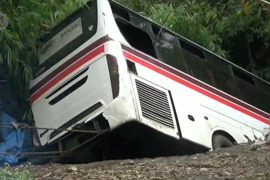 Bus terperosok ke jurang di Nagreg, 43 penumpang terluka