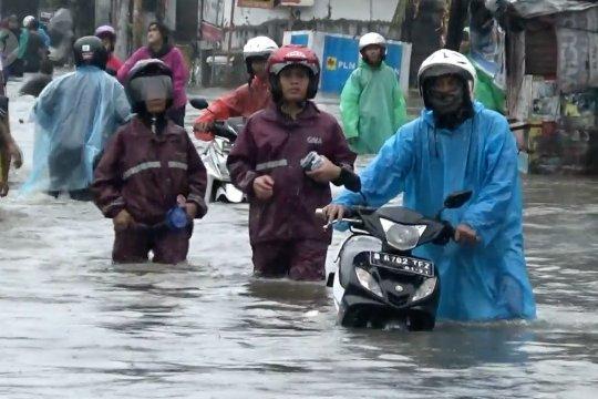 Genangi jalan, banjir putus akses menuju Jakarta