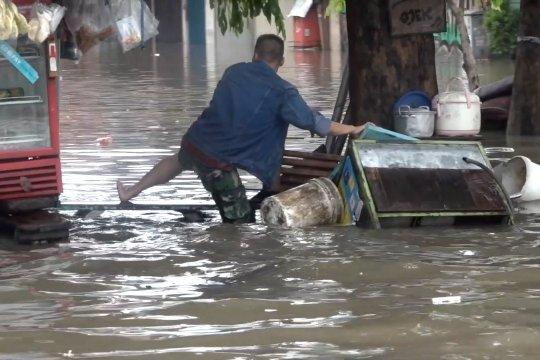 Banjir urusan kita semua, masih mau buang sampah sembarangan?