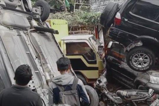 Kendaraan roda empat bertumpuk terseret banjir