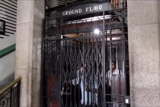 Melihat lift tertua di Indonesia yang masih beroperasi
