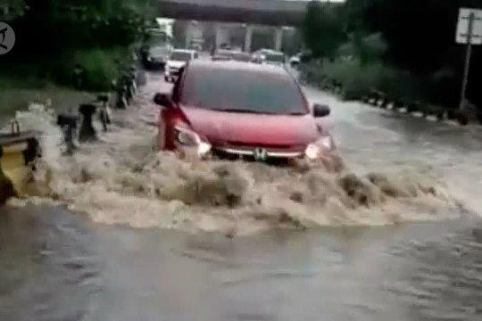 Terendam banjir, Tol Cilegon Barat ditutup sejam