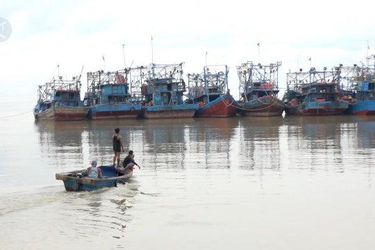 Nelayan Muara Angke pilih melaut jarak dekat