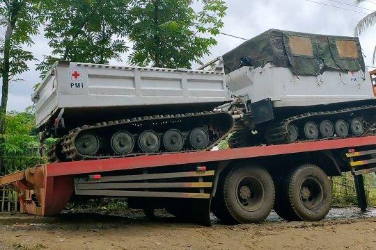 Amfibi Hagglunds distribusi bantuan tembus daerah terisolasi di Lebak