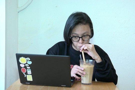 Sensasi menyesap kopi dengan sedotan bambu