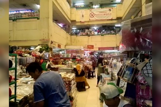 Empat hari pasca banjir, pedagang di Pasar Jatinegara kembali berjualan