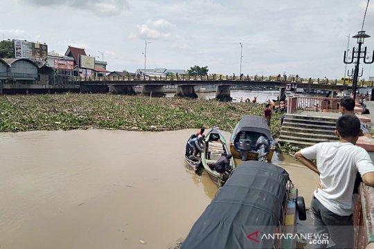 Sampah terus mengalir ke Sungai Martapura di Banjarmasin
