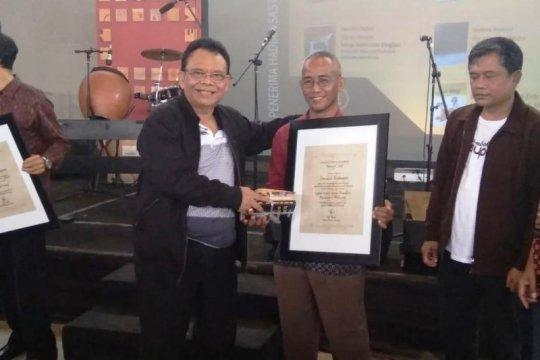 Sastrawan Lampung Semacca Andanant terima Hadiah Sastra Rancage 2020