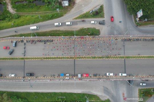 Warga bersenam di fly over, penguna jalan terpaksa gunakan jalur bawah