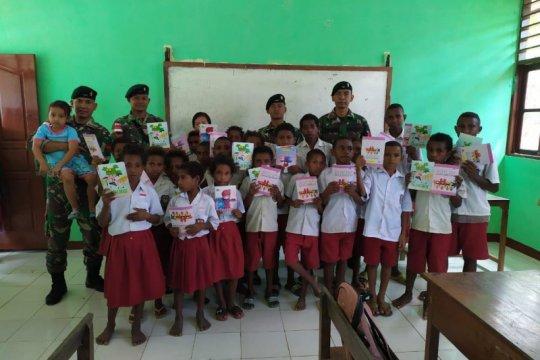 Pelajar di perbatasan RI-PNG mendapat bantuan buku tulis prajurit TNI