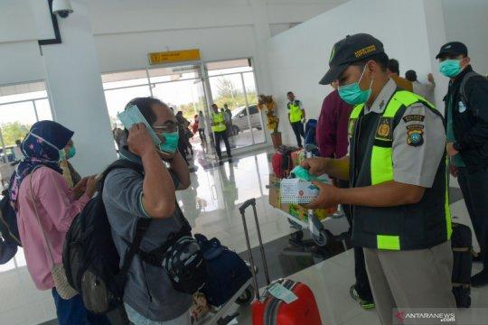Pembagian masker di bandara Natuna