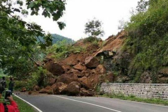 Tebing longsor ganggu akses jalan di Kabupaten Madiun