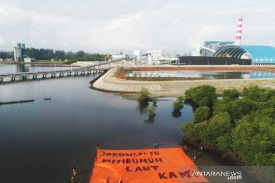 Pegiat lingkungan-nelayan bentangkan spanduk di PLTUB Bengkulu