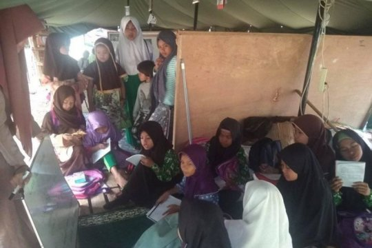 Pascabanjir bandang, siswa MI di Lebak-Banten belajar di tenda darurat