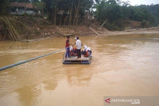 Sungai meluap, rakit penyeberangan pelajar nyaris terseret arus