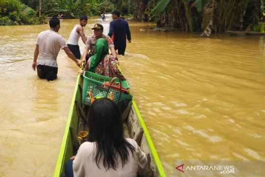 Kapolsek Bintang Ara naik sampan pantau banjir