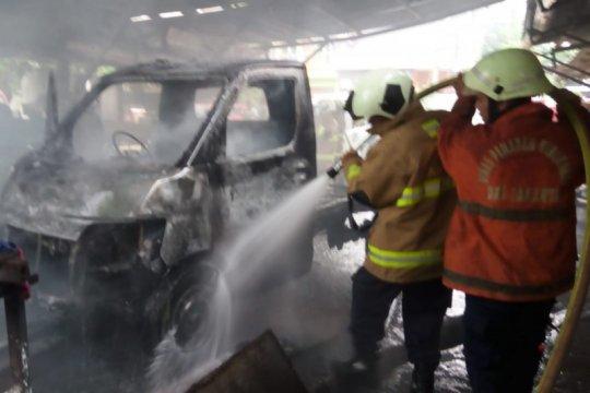 Satu unit mobil terbakar di bengkel las Ciracas