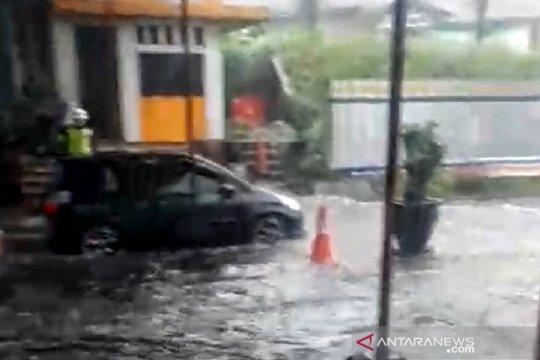 Gerbang Tol Cileunyi banjir akibatkan kepadatan kendaraan