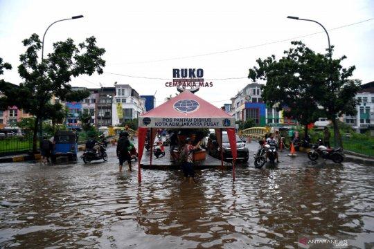 Kemarin, dari pencuri kotak amal hingga Jakarta disambangi banjir