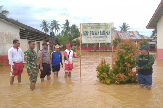 3 sekolah di Ranah Batahan Pasaman Barat diliburkan karena banjir