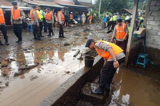 Brimob Polda Bali bersihkan lumpur pasca banjir di Bangli