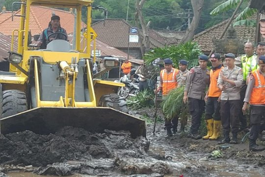BPBD Bali gotong royong buka akses jalan akibat banjir bandang Songan