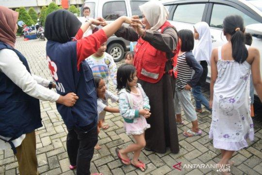 Relawan PMI Tangerang hibur anak korban banjir untuk hilangkan trauma