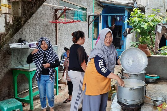 Warga dirikan dapur umum untuk korban indekos roboh