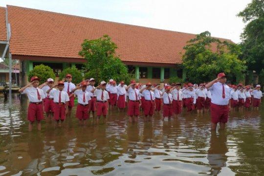 Banjir masih genangi SDN Banjarasri Sidoarjo