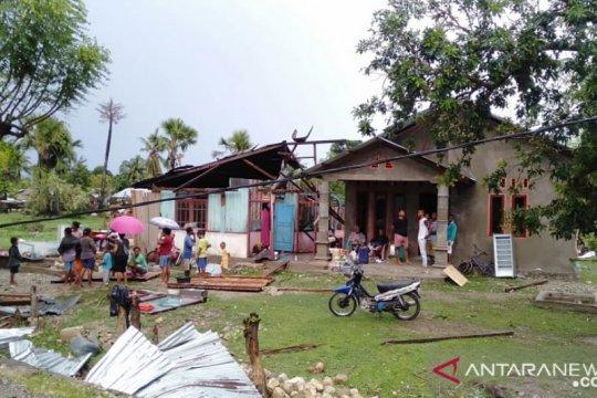Angin puting beliung hancurkan belasan rumah di Malaka NTT