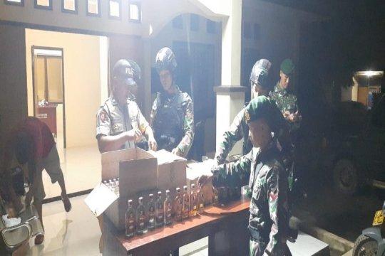 Satgas Yonif MR 411/Pandawa menyerahkan 4.771 botol minuman keras