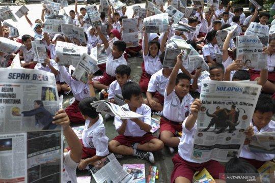 Aksi membaca koran