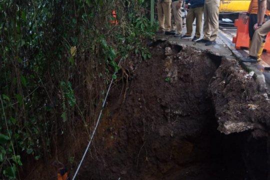 Dedie minta dinas terkait segera perbaiki trotoar longsor di Bogor