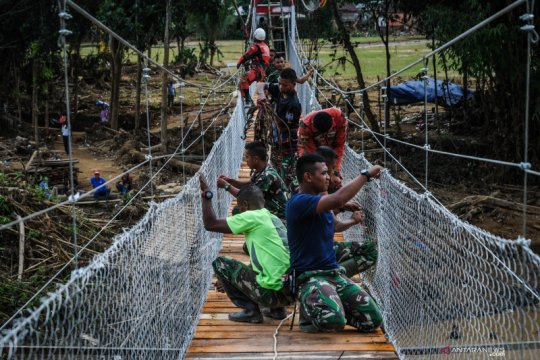 TNI bangun jembatan gantung di lokasi banjir bandang Lebak