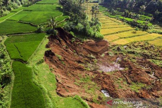 Longsor dikabarkan terjadi dekat Tol Cipularang di Bandung Barat
