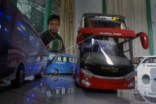 Perajin miniatur bus Page 1 Small