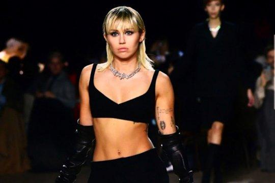 """Miley Cyrus beraksi di """"runway"""" Marc Jacobs pada NYFW 2020"""