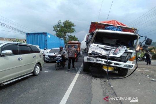 Kecelakaan beruntun di Brebes akibatkan empat luka